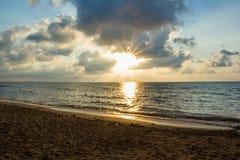 Ochtendzon en overzees strand Royalty-vrije Stock Foto