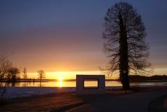 ochtendzon over het meer stock foto's