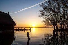 ochtendzon over het meer stock fotografie