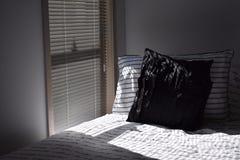 Ochtendzonlicht op het bed stock foto