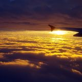 Ochtendzonsopgang boven de wolken stock foto's