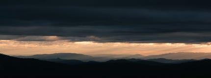 Ochtendzonsopgang over de verre bergen Stock Foto