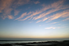 Ochtendzonsopgang over watermassa met bewolkte hemel Royalty-vrije Stock Fotografie