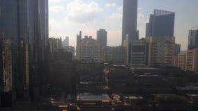 Ochtendzonsopgang timelapse met de moderne stadsarchitectuur van Abu Dhabi-horizon met mooie wolken stock footage