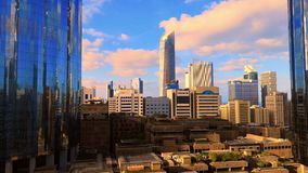 Ochtendzonsopgang timelapse met de moderne stadsarchitectuur van Abu Dhabi-horizon met mooie wolken, de V.A.E stock video