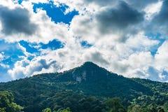 Ocienia górę i chmura przychodził szaleć 1 zdjęcia royalty free