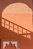 Ocienia na ścianie w Marrakech Medina Obrazy Stock