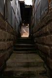 Ocieniony kamienny schody między antycznymi chińczyków domami na pogodnym da Obraz Stock