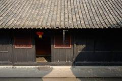 Ocieniony wejście antyczny chińczyka dom w ciepłym wiosny świetle słonecznym Obraz Stock