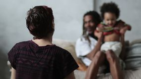 Ocio alegre del gasto de la familia de la raza mixta almacen de video