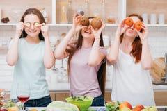 Ocio de la cocina casera que iguala a hembras de la relajación imagen de archivo libre de regalías