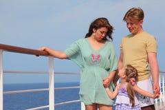 Ocio de la familia con los niños en el mar en el yate Imagen de archivo