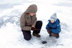 Ocio de la familia de pesca del invierno Fotografía de archivo libre de regalías