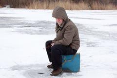 Ocio de la familia de pesca del invierno al aire libre imagenes de archivo