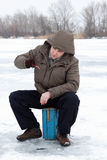 Ocio de la familia de pesca del invierno al aire libre fotos de archivo