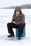 Ocio de la familia de pesca del invierno al aire libre foto de archivo libre de regalías