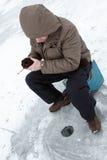 Ocio de la familia de pesca del invierno al aire libre imagen de archivo