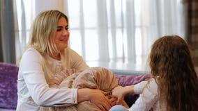 Ocio del niño de la madre de la alegría de la lucha de almohada de la diversión de la familia metrajes