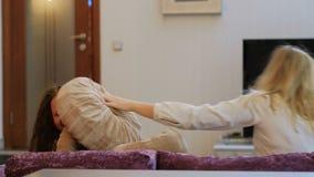 Ocio del niño de la madre de la alegría de la lucha de almohada de la diversión de la familia almacen de video