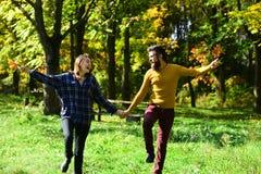 Ocio del otoño y concepto al aire libre del amor Pares en amor Fotos de archivo