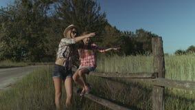 Ocio feliz del gasto de la familia en naturaleza en la puesta del sol almacen de video