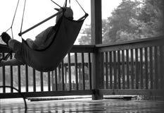 Ocio/hombre que se relaja en cubierta Imagenes de archivo