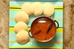 Ocioso con el sambar Iddli es un desayuno tradicional de hogares indios del sur, su un plato sabroso muy popular del cuisin indio Fotos de archivo libres de regalías