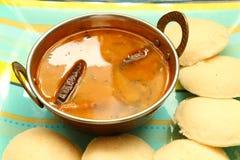 Ocioso con el sambar Iddli es un desayuno tradicional de hogares indios del sur, su un plato sabroso muy popular del cuisin indio Imagen de archivo