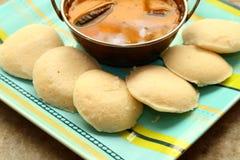 Ocioso con el sambar Iddli es un desayuno tradicional de hogares indios del sur, su un plato sabroso muy popular del cuisin indio Foto de archivo