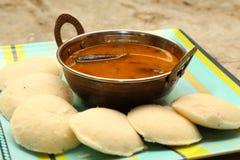 Ocioso con el sambar Iddli es un desayuno tradicional de hogares indios del sur, su un plato sabroso muy popular del cuisin indio Fotos de archivo