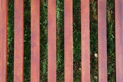 Ocioso de madera en el fondo de la hierba verde imagen de archivo