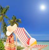 Ocioso de Sun en el día soleado en una playa tropical con las palmas Imagenes de archivo