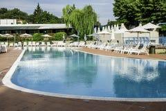 Ociosos de la piscina y del sol Fotografía de archivo libre de regalías