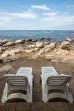 Ociosos en la playa rocosa Imagen de archivo libre de regalías