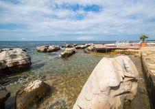 Ociosos en la playa rocosa Fotos de archivo libres de regalías