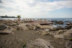 Ociosos en la playa rocosa Imagenes de archivo