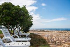 Ociosos en la playa rocosa Imágenes de archivo libres de regalías
