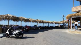 Ociosos y paraguas de Sun en Creta Fotografía de archivo libre de regalías