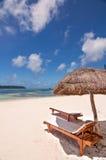 Ociosos y parasol en una playa tropical, isla de pinos Fotos de archivo