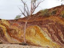 Ockerhaltige Gruben in den West-MacDonnell-Strecken lizenzfreies stockfoto