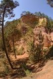 Ockerhaltige Hügel von Roussillon in Provence Stockbilder
