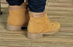 Ockerhaltiger Stiefel auf Bretterboden lizenzfreies stockbild