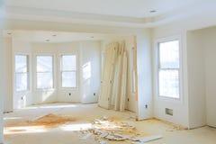 också returnerar elektriska golv för garderobanslutningskonstruktion trä för inre ny delvist lokal för hvac tvilling- oavslutat royaltyfria foton