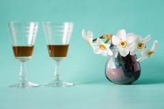 också ser datumgallerit min romantiker liknande arbete Cognac eller konjak Vita påskliljor i tappningvas Arkivbilder