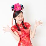 också som för färgdag för cheongsam år för kvinna för bröllop för wear för red för lyckliga tillfällen för mandarin för kinesisk  Fotografering för Bildbyråer