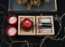 Ockult altare med flygturer, stearinljus och dryck royaltyfri fotografi