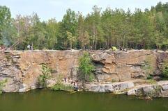 Ocky falezy i jezioro, aktywni ludzie zdjęcie royalty free