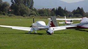 Ocova, Slowakije - Augustus 2, 2014: De proefcontrole zijn klein sportvliegtuig alvorens weg takeing en treft voor de vlucht voor stock videobeelden