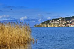 Ocrida con il lago ohrid, Macedonia fotografie stock libere da diritti