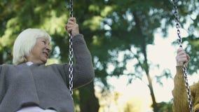 Ocsilación feliz de las mujeres mayores, riendo sinceramente, recordando niñez junto metrajes